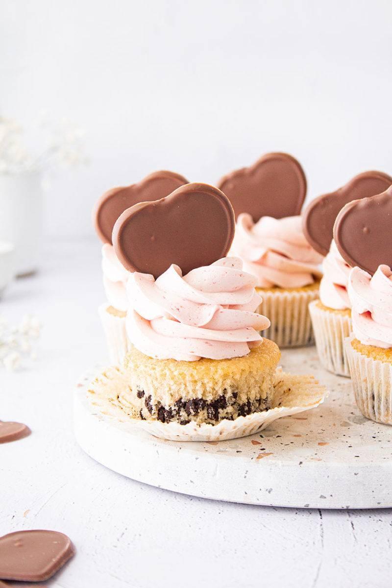 chocolate chip cupcakes mit erdbeercreme