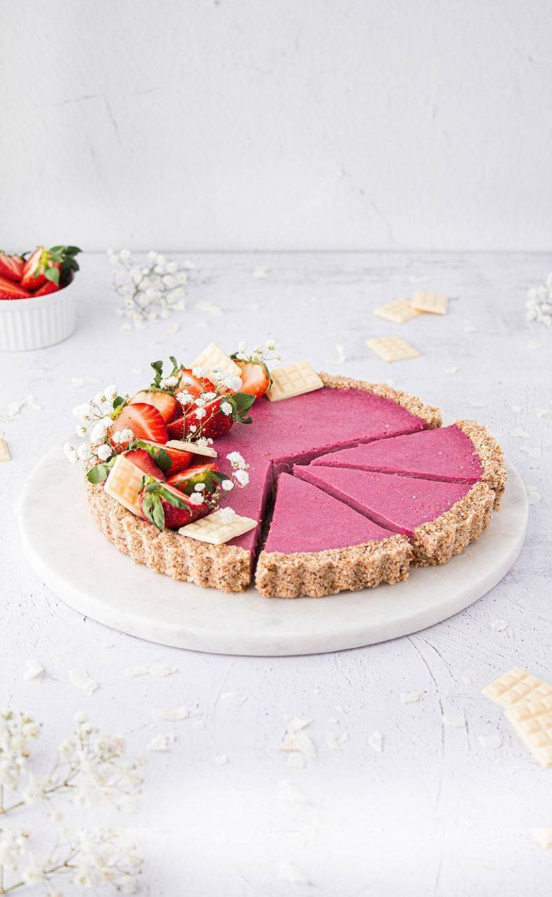 vegane tarte mit kokos, weißer schokolade, erdbeeren & mandel boden (werbung)