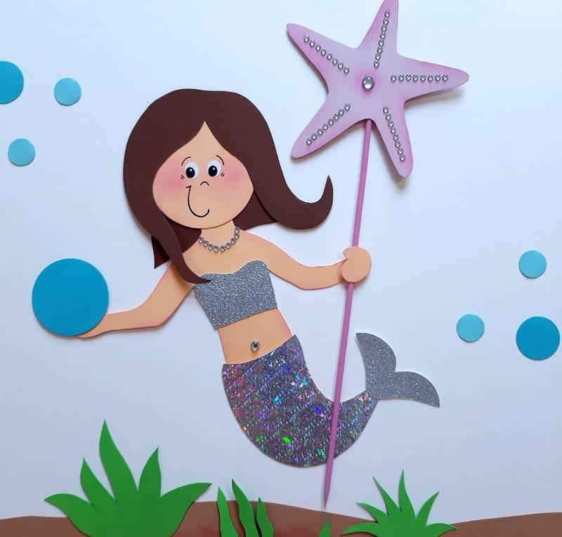 Meerjungfrau aus Papier mit einem Seestern am Stab